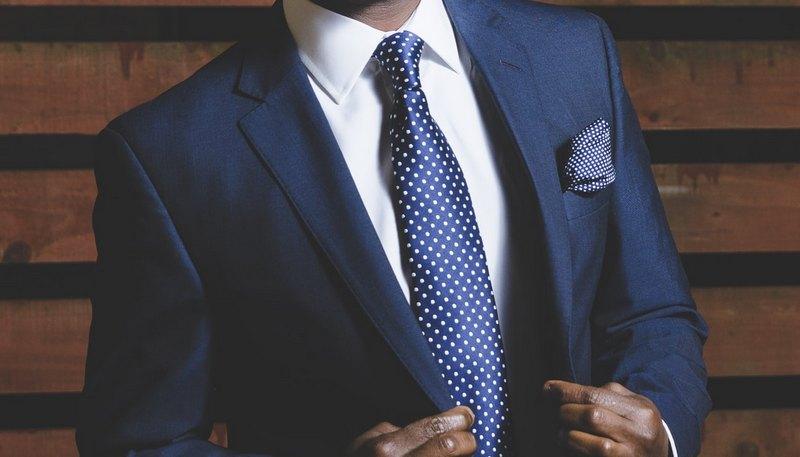 Синие костюмы: как носить классическую мужскую одежду